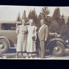 DOUA DOAMNE SI UN DOMN , IN TIMIS , POZAND IN FATA UNUI AUTOMOBIL DE EPOCA , FOTOGRAFIE MONOCROMA , FORMAT MIC , DATATA 1 AUGUST 1937