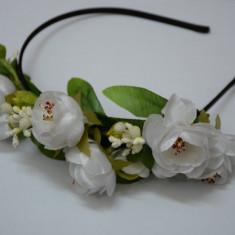 Cordeluta in nuanta de portocaliu si alb, design de flori deosebite
