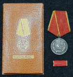 Set complet Medalia Muncii RPR decoratie SUPERBA la cutie si bareta anii 1950