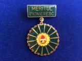 Insignă pionieri -România -Pionier - Meritul Pioneresc (variantă mică scris mic)