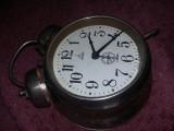 Ceas vechi mecanic de masa ARADORA RSR cu sonerie deasupra,MASIV,T.GRATUIT