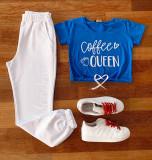 Compleu dama casual Sky compus din pantaloni lungi albi si tricou scurt albastru cu imprimeu Coffee Queen