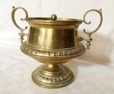 Cupa din alama prevazuta cu capac argintat