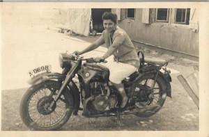 Fotografie motocicleta BMW cu numere inmatriculare armata romana
