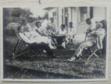 Fotografie de grup in spatele unei gospodarii interbelice romanesti