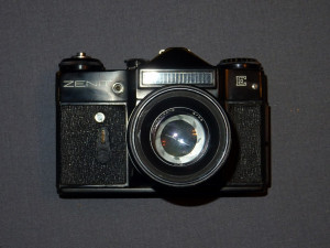 ZENIT E Aparat foto film cu obiectiv, etui si blitz, anii 1980 - NUMAI BUCURESTI