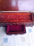 Veche caseta de bijuterii din lemn scluptat