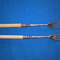Doua furculite metal cu manere de os sau fildes