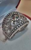 Inel vechi din argint cu marcasit in cutiuta de bijuterii