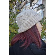 Caciula tinereasca de culoare bej, din material tricotat usor elastic