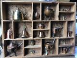 Raft,dulapior,suport din lemn ,cu 16 figurine din bronz si cupru