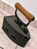 Fier de calcat vechi, cu maner din lemn, Scule si unelte