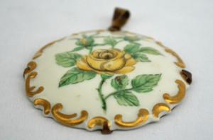 Medalion, pandantiv vechi din portelan cu anou metalic auriu, anii '30 - '50
