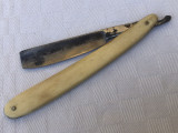 Brici vechi cu manerele din corn de animal