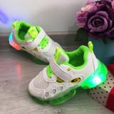 Cumpara ieftin Adidasi usori albi verzi cu lumini LED - beculete pt baieti / fete 21 22 23 24