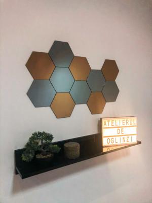 Set hexagoane oglindă cuprată și gri. foto