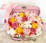 Aranjament trandafiri de sapun si flori de bumbac