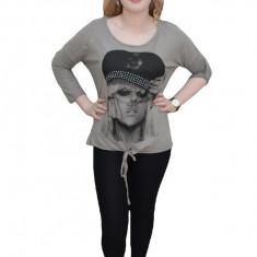 Tricou din bumbac cu imprimeu mare cu aspect foto pe fond gri