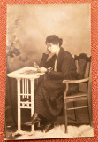 Doamna ingandurata facand pasiente - Fotografie tip carte postala datata 1920