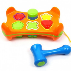 Jucarie cu forme geometrice si ciocan - Creativitate si indemanare pentru copilul tau