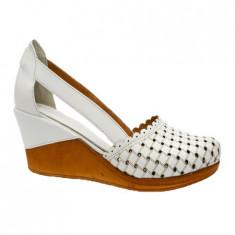 Pantof rafinat cu varf inchis si curele laterale, din piele naturala alba