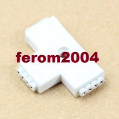Conector FEMALE, cu 4 pini, pentru benzile led multicolore, RGB, 3 porturi, forma de T
