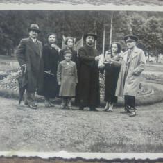 Foto grup cu ofiter, in gradina publica/ perioada interbelica