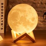 Lampa de veghe 3D luna cu suport din lemn mica