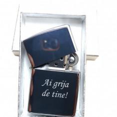 Bricheta metalica tip Zippo gravata personalizata cu textul tau