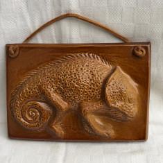 Piesa decorativa din ceramica emailata reprezentand un cameleon