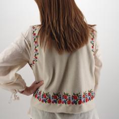 Vesta brodata cu model traditional Celia 2
