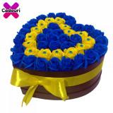 Cumpara ieftin Aranjament flori trandafiri de sapun galbeni si albastri, cutie neagra, 49 trandafiri, 30 x 30 cm, Oem