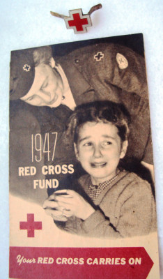 Emblema  cuc, boneta personal   militar    Crucea   Rosie foto