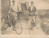 BSV Doua tinere cu biciclete fotografie romaneasca regalista