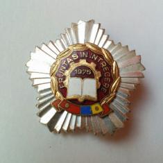 Insignă/decorație - Fruntaș în întrecere - anul 1975 (în stare bună)