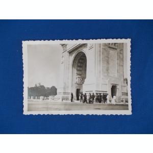 FOTOGRAFIE VECHE , GRUP DE MILITARI LA ARCUL DE TRIUMF