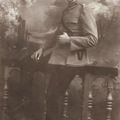 Fotografie ofiter roman cu pistol circa Primul Razboi Mondial