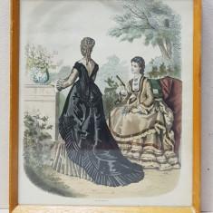 DOUA TINERE IN TINUTA DE PLIMBARE , MODA PARIZIANA , GRAVURA ORIGINALA COLORATA MANUAL , DATATA 1871