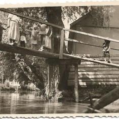 Fotografie copii pe punte peste canal la Valcov 1939 Basarabia