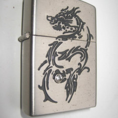 3093a-Bricheta metal dragon gravat benzina model Zippo metal argintiu.