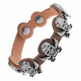 Brăţară realizată din piele sintetică maro, cranii din oţel cu săbii încrucişate