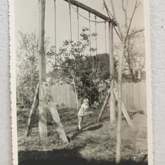 CARACAL , FETITA IN CURTEA CASEI , DANDU-SE IN LEGAN , FOTOGRAFIE MONOCROMA, PE HARTIE CRETATA , DATATA 1934
