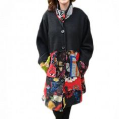 Jacheta usoara tip palton, culoare neagra cu imprimeu multicolor