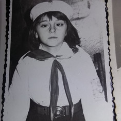 lot 3 fotografii vechi,fetite in tinuta de pionieri cu insigne si centura,T.GRAT