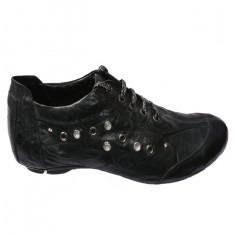 Pantofi sport, cu pietre mici si capse pe laterale