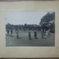 Copii jucandu-se in curtea scolii// fotografie pe carton, interbelica