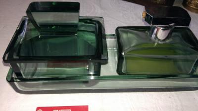 Veche trusa de toaleta din sticla verde oliv foto