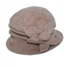 Caciula Denisse tip palarie din lana accesorizata cu floare ,nuanata de maro