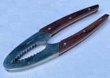 Cumpara ieftin Spargator de nuci din otel cu manere din lemn exotic, Scule si unelte
