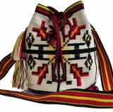 Geantă croșetată manual, ornamentată cu motivul popular din Bucovina gura-leului